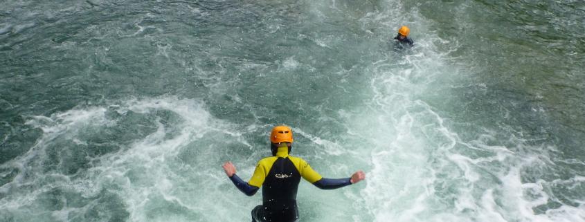 Sauter lors de la randonnée aquatique dans les Cévennes