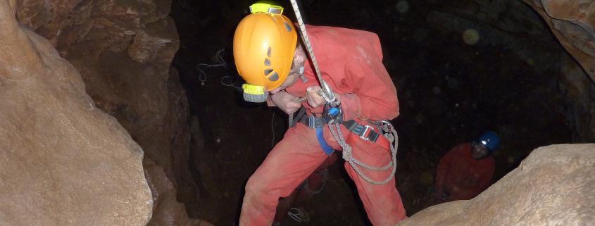 Descendre sous terre dans la grotte de Genevaux près de Montpellier