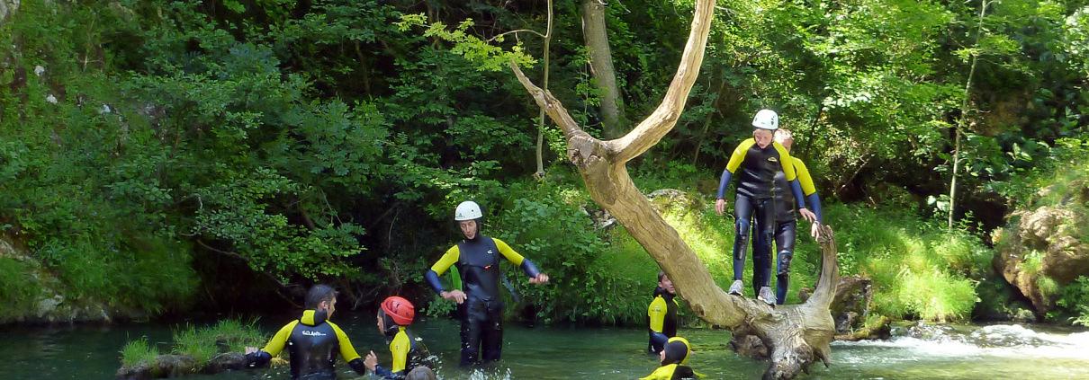 Sautez dans l'eau lors de la randonnée aquatique dans le sud de la France
