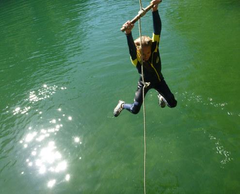Team Building avec balancier au dessus de la rivière