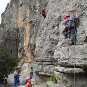 Les enfants s'amusent et sont fiers en escalade en weekend immersion nature