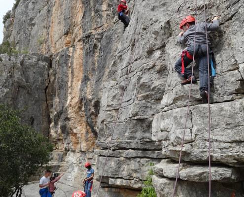 Les enfants s'amusent et sont fiers en escalade en weekend immersion nature