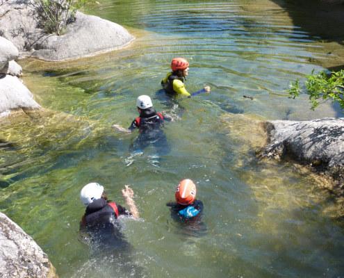 Quelle joie de se baigner dans l'eau claire de la rivière